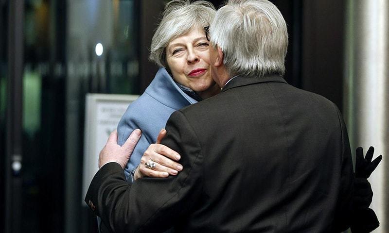 تھریسا مے نے یورپی کمیشن کے صدر جین کلاڈ جنکر سے ملاقات کی — فوٹو: اے ایف پی