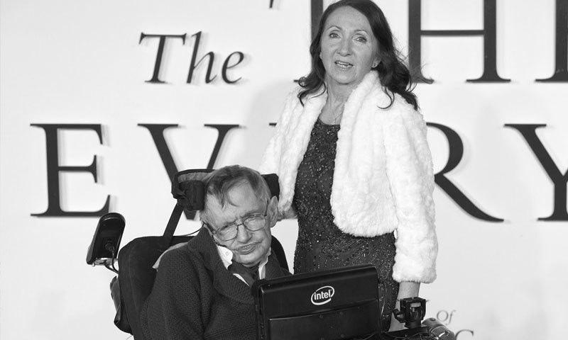 اسٹیفن ہاکنگ اپنی پہلی اہلیہ جینی کے ساتھ—فائل فوٹو: دی انڈیپینڈنٹ