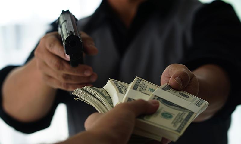 نرم دل ڈاکو نے مسکرا کر خاتون کو رقم لوٹا دی اور آگے چل دیا،—فوٹو: شٹر اسٹاک