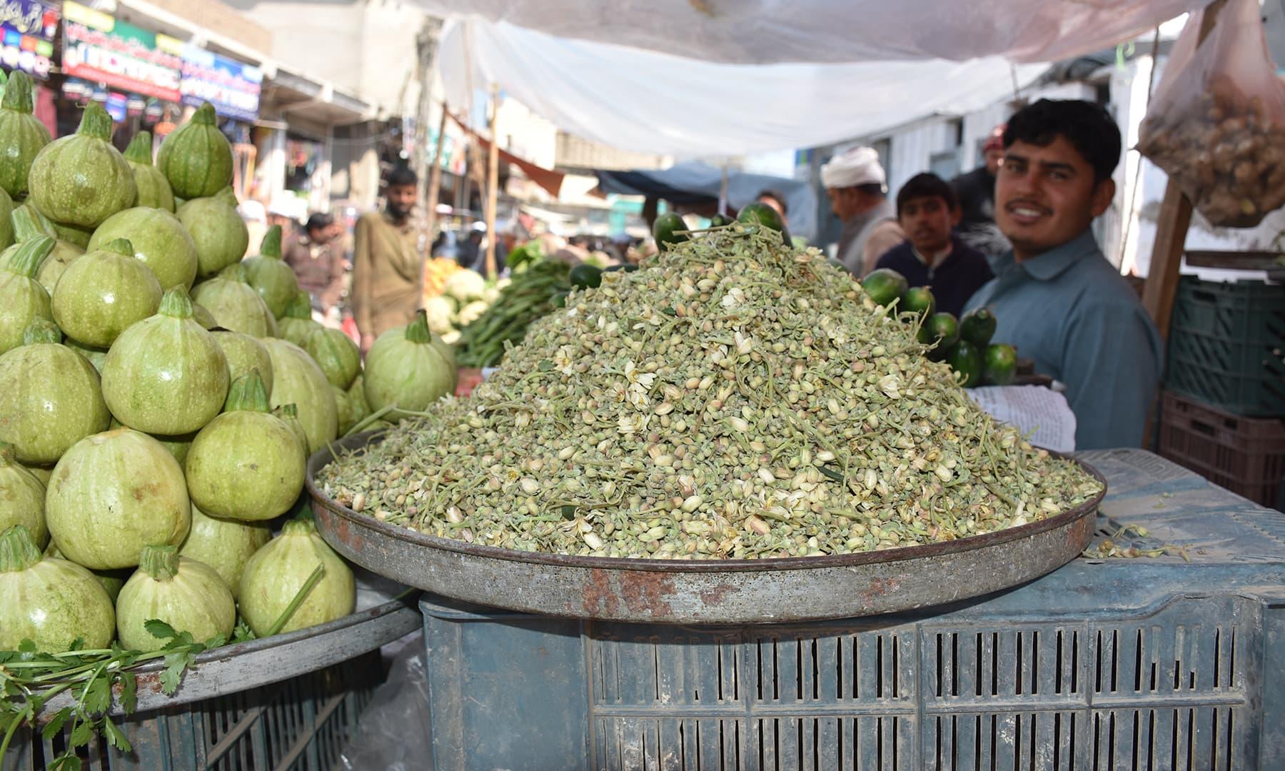 سہانجنے کے پھول بطور سبزی استعمال کیے جاتے ہیں—تصویر رمضان رفیق