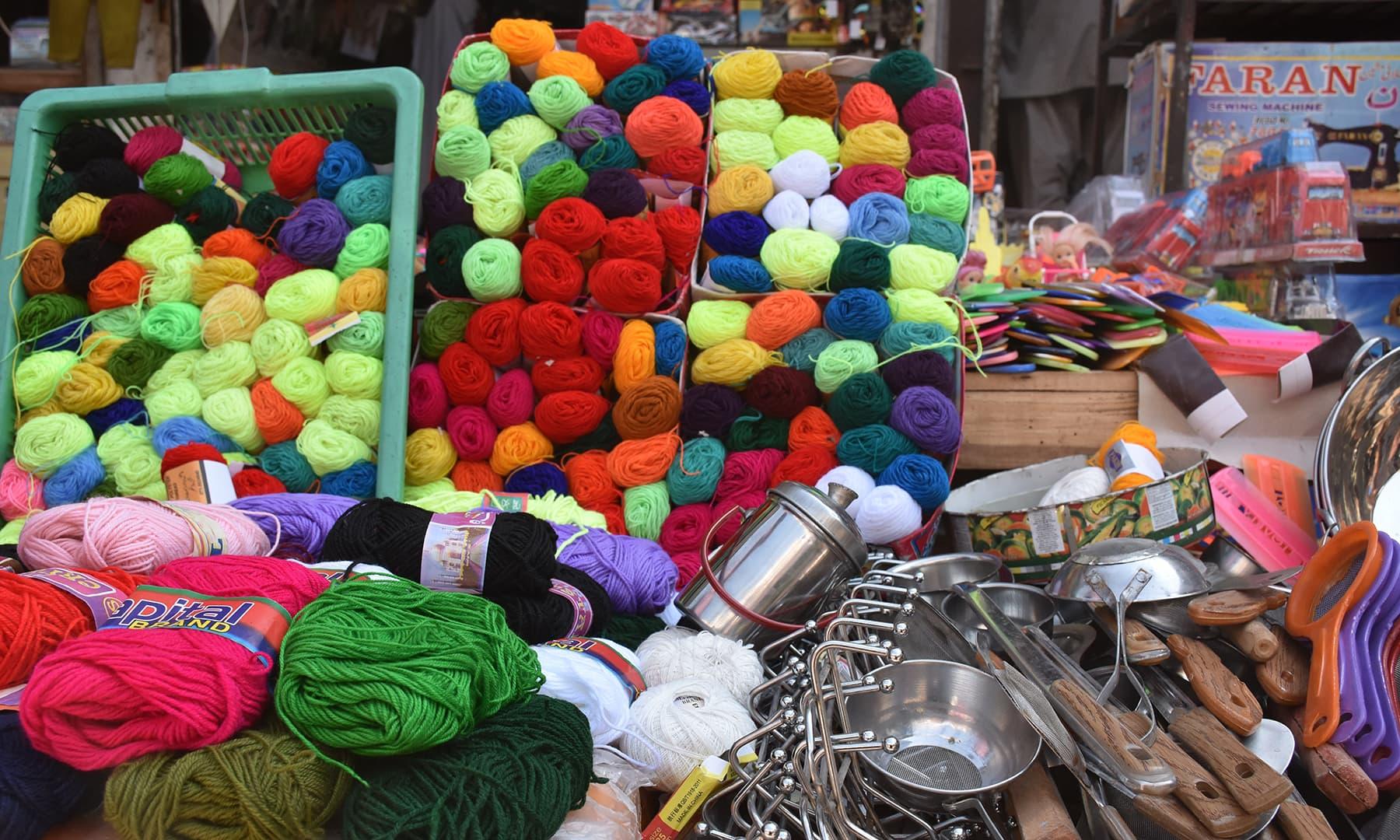 رنگ برنگی دھاگے جو کبھی کڑھائی میں استعمال کیے جائیں گے—تصویر رمضان رفیق