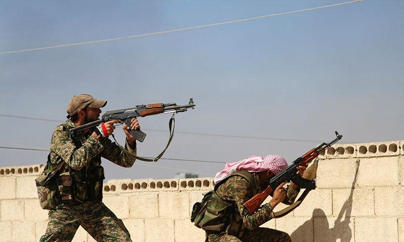 امریاک اور شامی ڈیموکریٹک فورسز نے شام میں شدت پسندوں کے ٹھکانوں پر شدید بمباری کی— فوٹو: اے پی