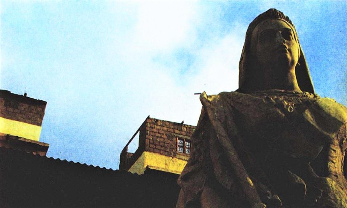 Queen Victoria looks upon her strange surroundings | Arif Mahmood
