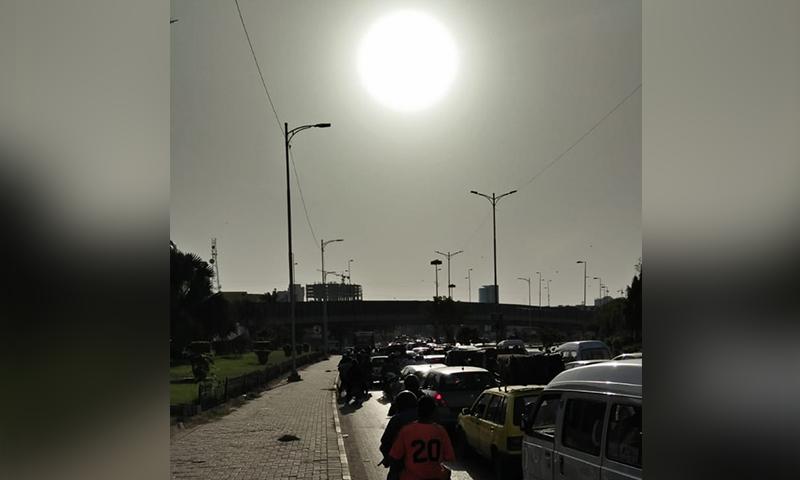 مسافر ہر میچ کے دوران اس پریشانی کا سامنا کر رہے ہیں۔ —فوٹو: عبداللہ وحید راجپوت