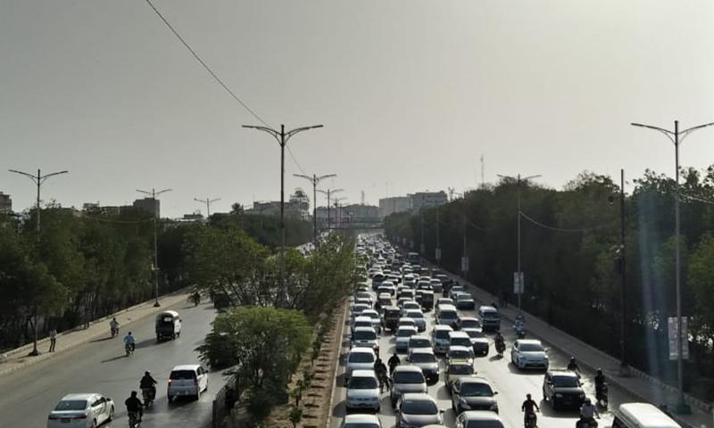 گاڑیاں سست روی کے ساتھ آگے بڑھ رہی ہیں۔ —فوٹو: عبداللہ وحید راجپوت