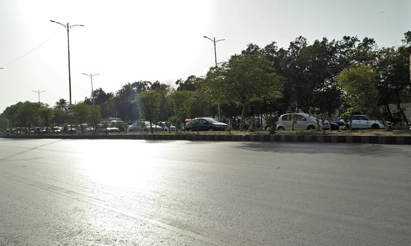 اس دوران شاہراہ ایک ٹریک مکمل جام ہے۔ —فوٹو: عبداللہ وحید راجپوت