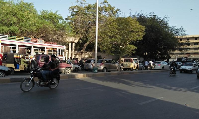 گورنر ہاؤس کے سامنے روڈ پر گاڑیوں کی قطاریں لگ گئیں —فوٹو: عبداللہ وحید راجپوت
