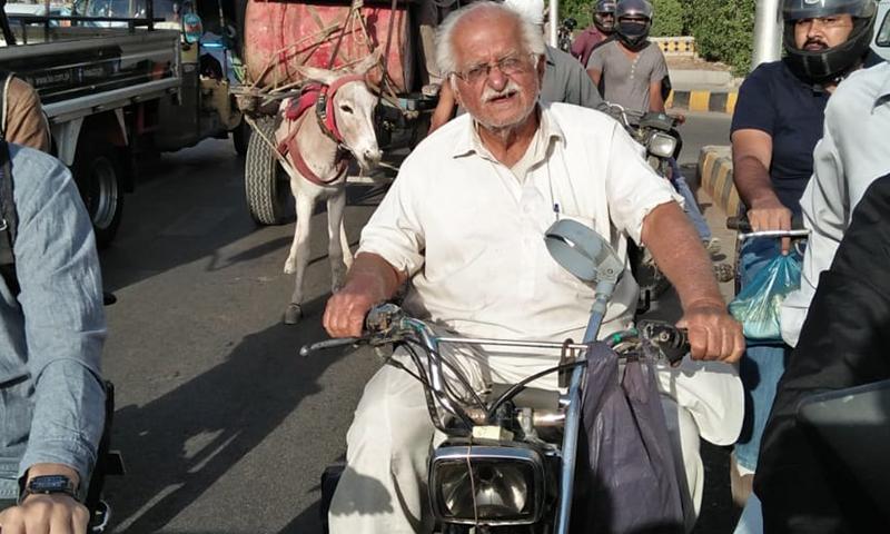 بزرگ شہری فضل حسین کیماڑی جارہے تھے —فوٹو: عبداللہ وحید راجپوت