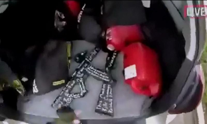 گاڑی میں مجود جدید اسلحہ جس پر مخلتف الفاظ درج ہیں