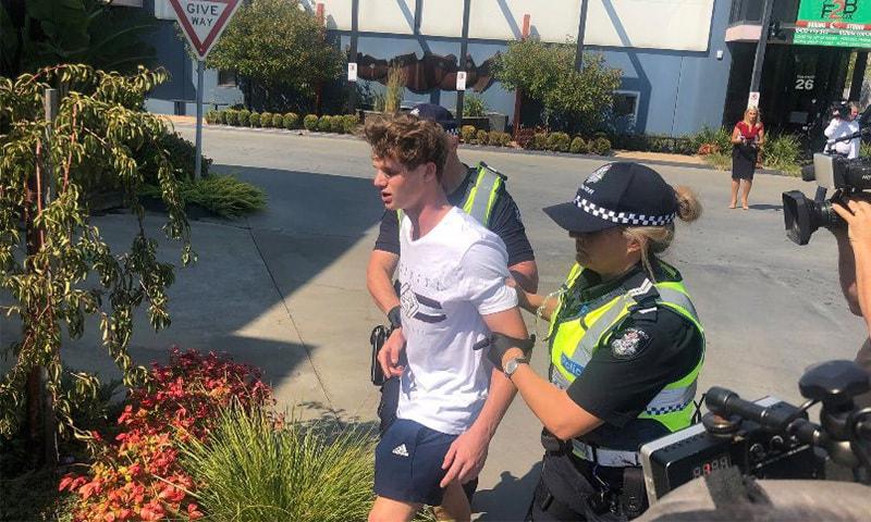 پولیس سینیٹر کو انڈا مارنے والے نوجوان کو لے کر جارہی ہے — فوٹو بشکریہ ٹوئٹر