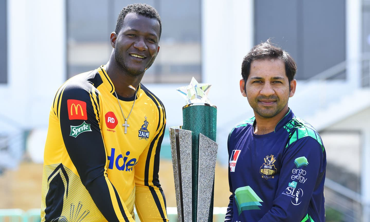 Darren Sammy and Sarfaraz Ahmed hold the PSL 2019 trophy. — PSL Twitter