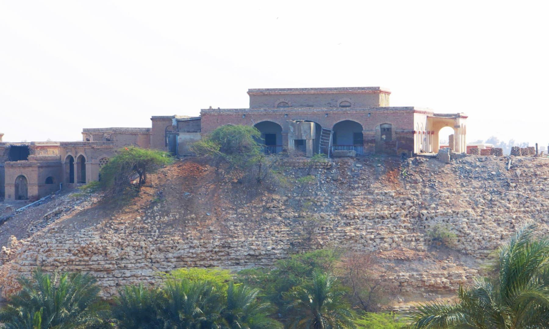 وہ عمارت ہے جہاں انگریز حکومت نے 1930ء میں حروں کے اس وقت کے روحانی پیشوا پیر صبغت اللہ شاہ راشدی کو 10 سال قیدِ بامشقت کی سزا سنائی تھی—تصویر ابراہیم کنبھر