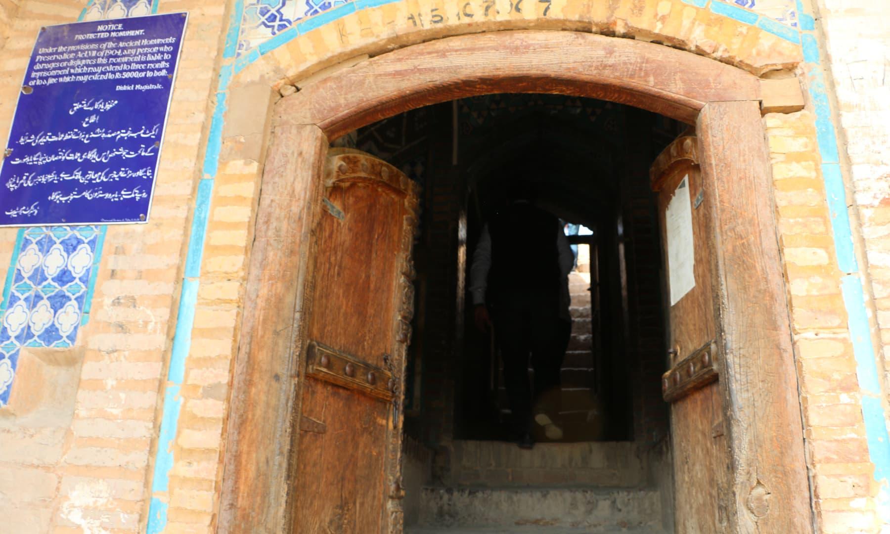 یہاں قبرستان اوپر والے حصے پر ہے اور اسے دیکھنے کے لیے پتھر کی سیڑھیاں چڑھ کر اوپر جایا جاتا ہے—تصویر ابراہیم کنبھر