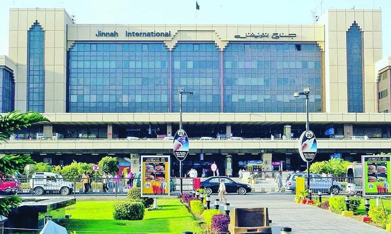 کراچی ایئرپورٹ پر انتباہی بورڈ آویزاں کرنے کے بعد ہٹا دیا گیا—فوٹو: فیس بک