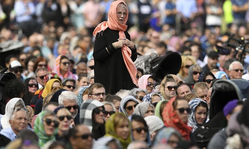 ہزاروں خواتین نے مسلمانوں سے اظہارِ یکجہتی کے حجاب اوڑھا—فوٹو: رائٹرز