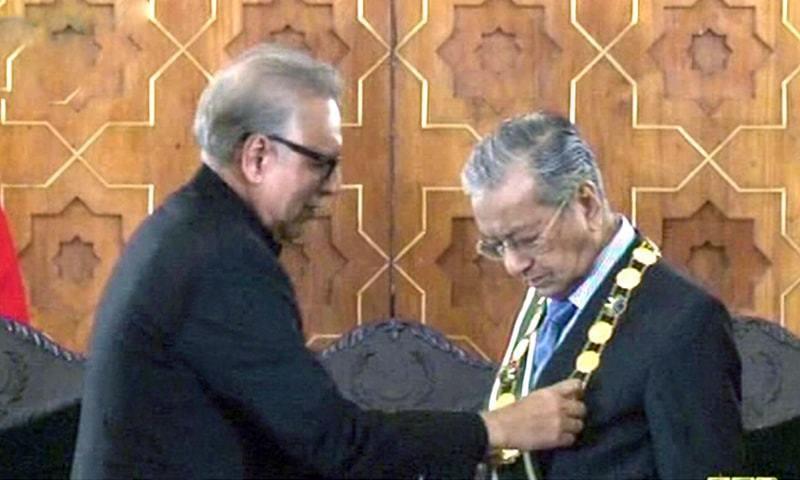 President Arif Alvi confers Nishan-e-Pakistan on visiting Malaysian Prime Minister Mahathir Mohamad. — DawnNewsTV