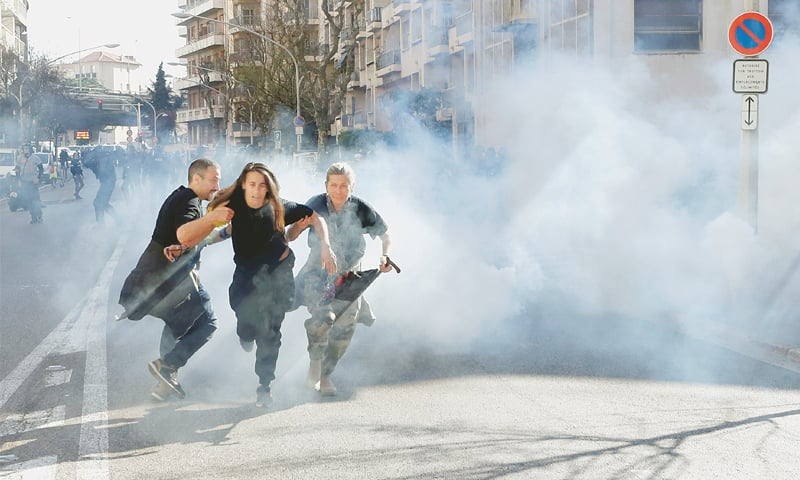 Sporadic clashes break out in French 'yellow vest' protests