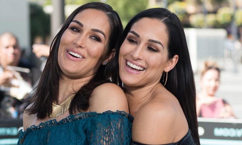 بری اور نکی بیلا جڑواں بہنیں ہیں اور دونوں ریسلنگ سمیت ہمیشہ ایک ساتھ نظر آتی ہیں—فوٹو: اسپورٹس الیوسٹریٹڈ