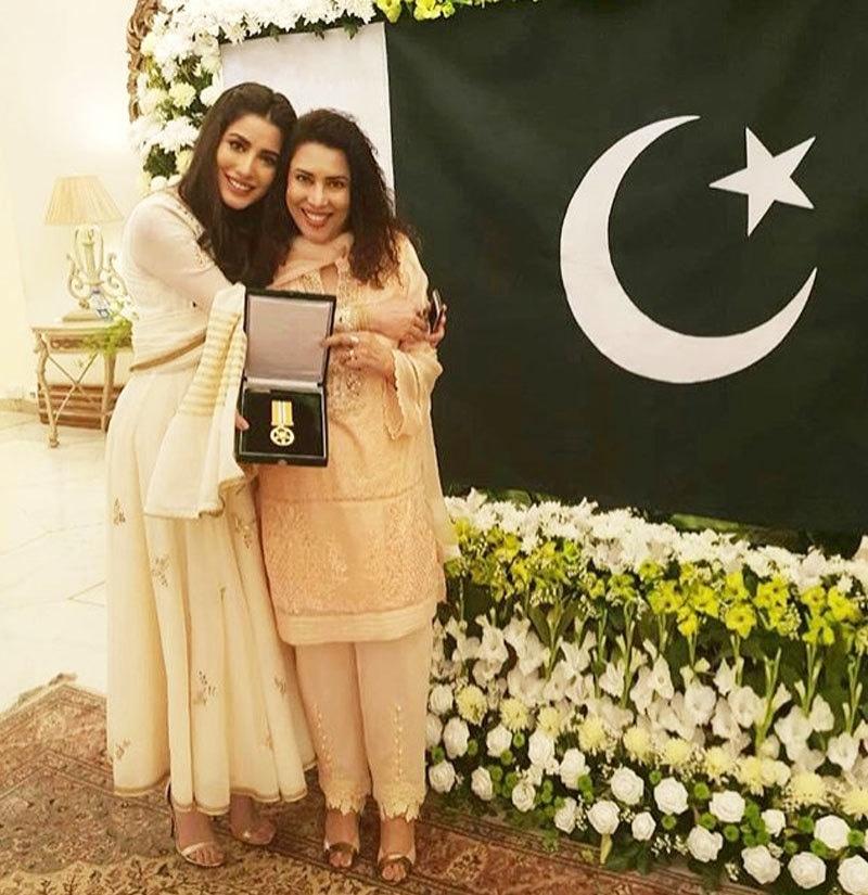مہوش حیات نے تمغہ امتیاز پاکستان کی محنت کش خواتین اور لڑکیوں کے نام کیا تھا—فوٹو: انسٹاگرام