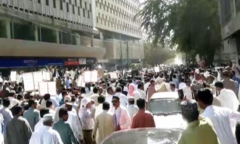 The area outside Karachi Press Club chock full of protesting teachers. — DawnNewsTV