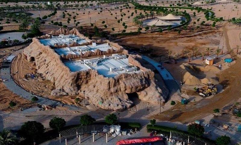 صحرا میں قائم کیے گئے پارک میں غار بھی بنائے گئے ہیں—فوٹو: خلیج ٹائمز