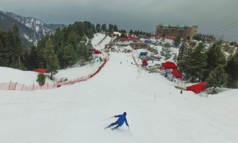 Tourists throng Malam Jabba to enjoy snow festival