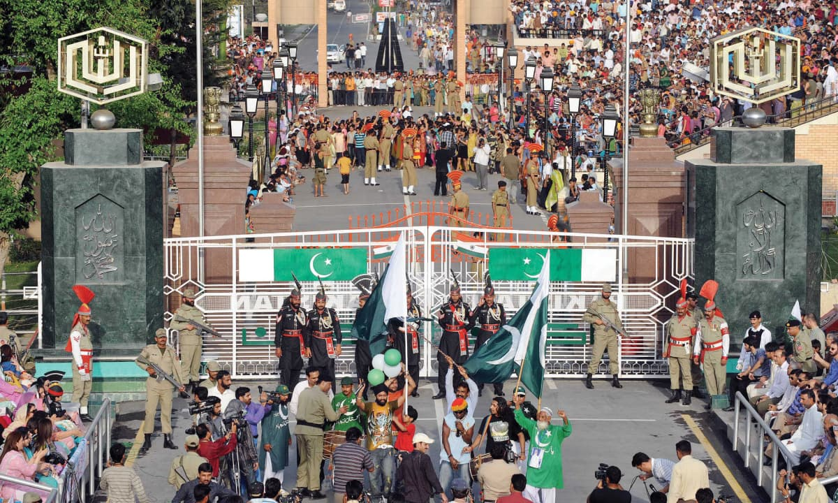 Flag-lowering ceremony at India-Pakistan border | White Star