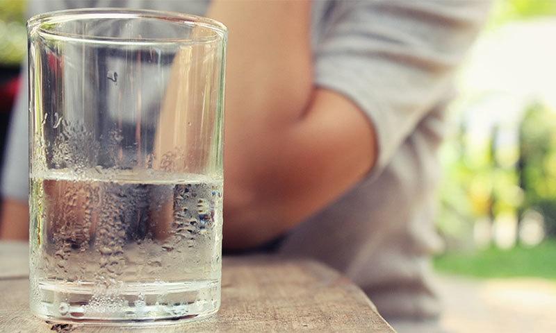 پانی کے چند گلاس آپ کو کئی مسائل سے بچاسکتے ہیں — شٹر اسٹاک فوٹو