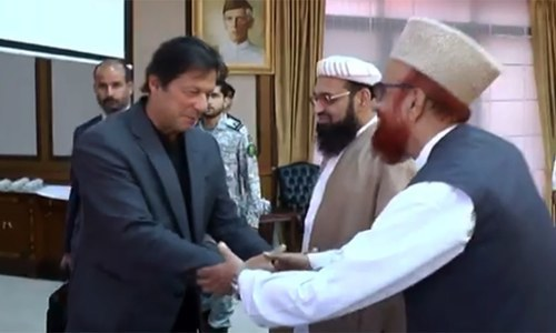 Prime Minister Imran Khan and Mufti Muneebur Rehman shake hands prior to their meting. ─ DawnNewsTV