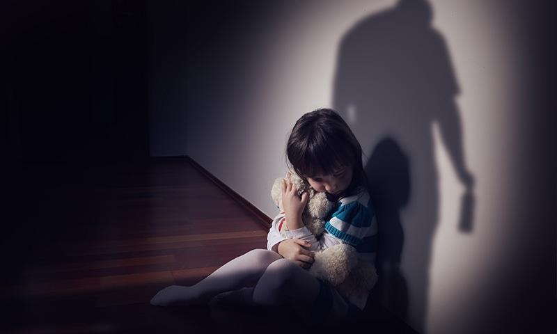 ملک میں روزانہ 10 سے زائد بچوں کو جنسی استحصال کا نشانہ بنایا جاتا ہے—تصویر شٹر اسٹاک