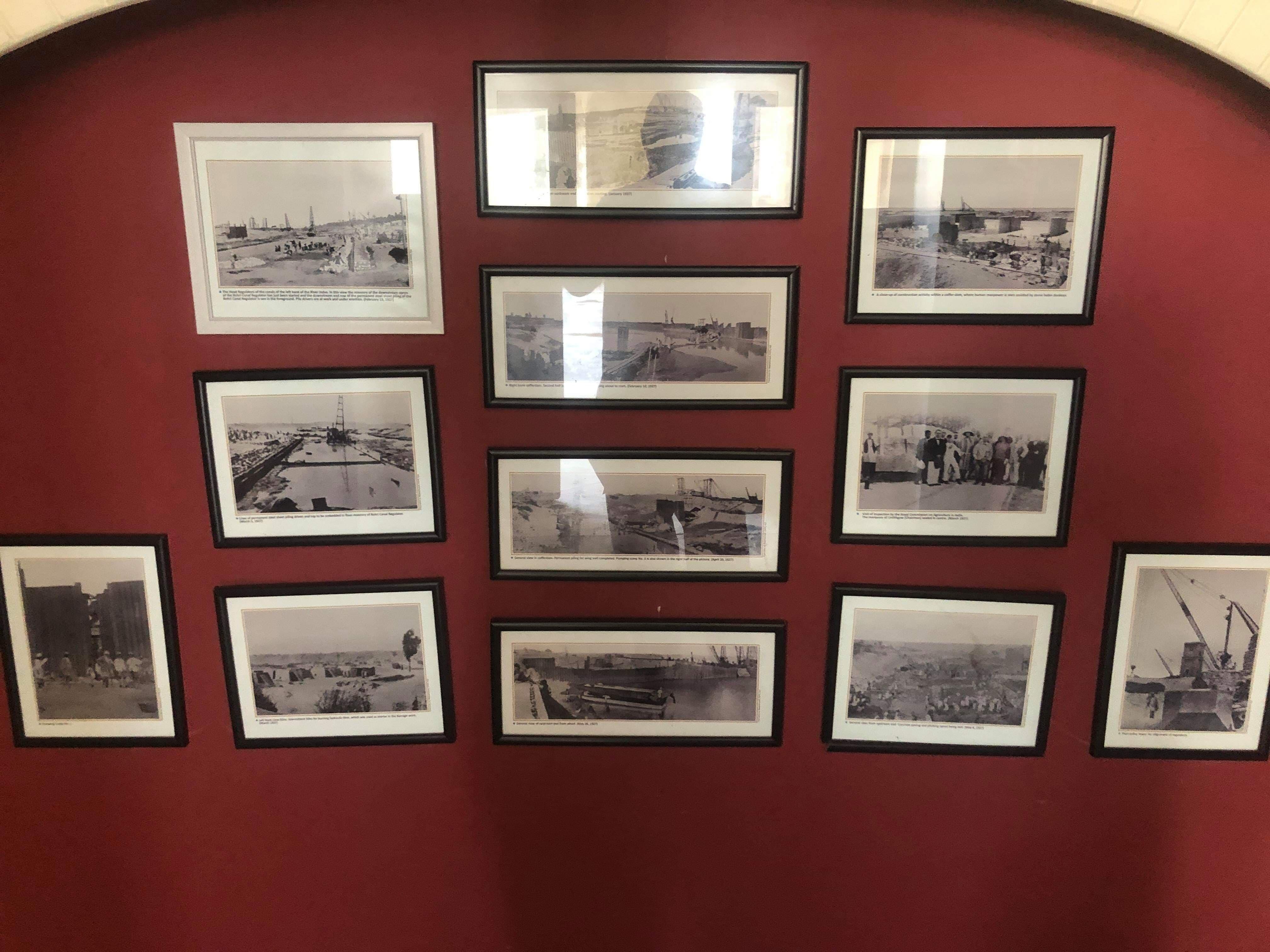 میوزیم میں آویزاں تصاویر—تصویر ابراہیم کنبھر