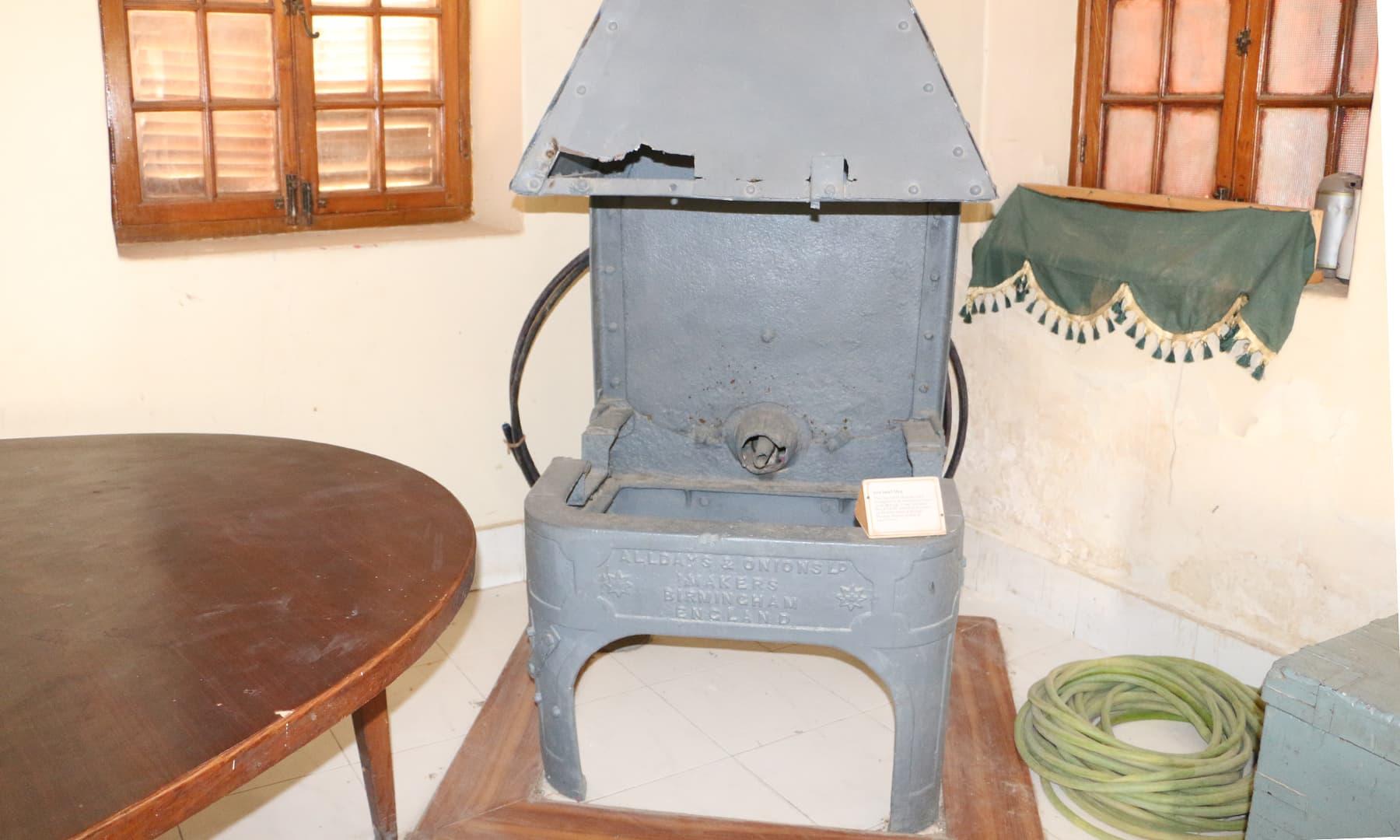 لوہا پگھلانے کے لیے استعمال کی جانے والی مشین—تصویر ابراہیم کنبھر