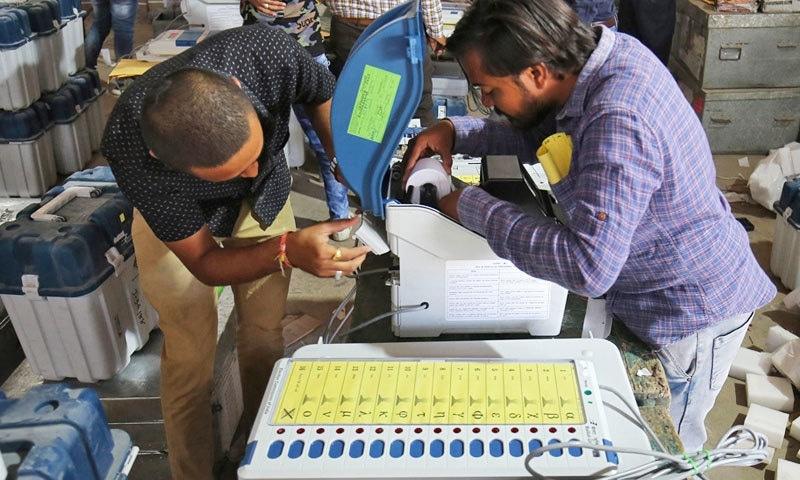 الیکٹرانک ووٹنگ مشینیں انٹرنیٹ اور بلیو ٹوتھ سے منسلک نہیں ہوتیں—فوٹو: رائٹرز