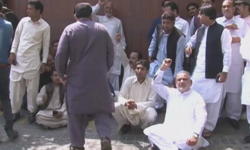 مسلم لیگ (ن) کے کارکنان نے نیب کے خلاف نعرے بازی کی—اسکرین شاٹ