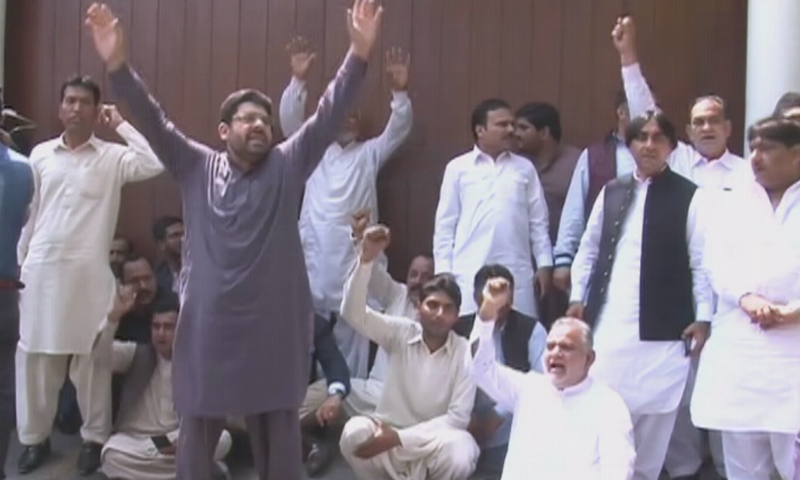 PML-N workers stage a sit-in outside the Sharifs' house. — DawnNewsTV