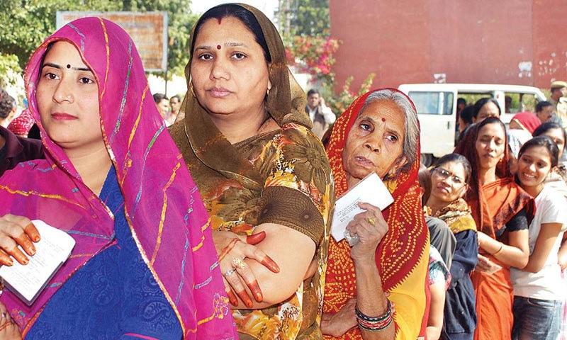نوجوان اور غیر شادی شدہ خواتین کو اہل خانہ کی جانب سے پابندیوں کا سامنا کرنا پڑتا ہے—فائل فوٹو: ڈی این اے انڈیا