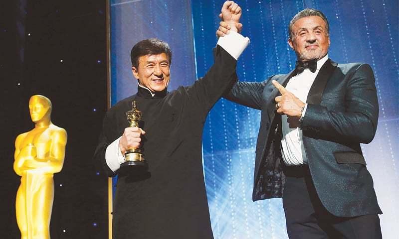 جیکی چن آسکر ایوارڈ وصول کرتے ہوئے—Reuters