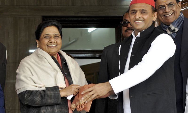 In this Jan. 15, 2019 photo, Samajwadi Party President Akhilesh Yadav, right, greets Bahujan Samaj Party chief Mayawati on her birthday in Lucknow, India. ─ AP