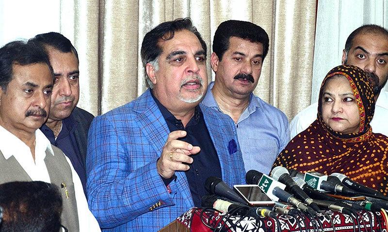 گورنر سندھ نے کہا کہ گرین بس کو شروع ہونے میں ایک سال کا عرصہ لگ سکتا ہے— فوٹو: اے پی پی