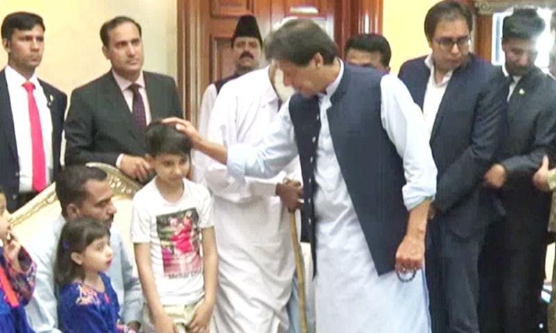 سانحہ ساہیوال کے ورثا سے ملاقات میں وزیر اعلیٰ پنجاب عثمان بزدار بھی موجود تھے — فوٹو: ڈان نیوز