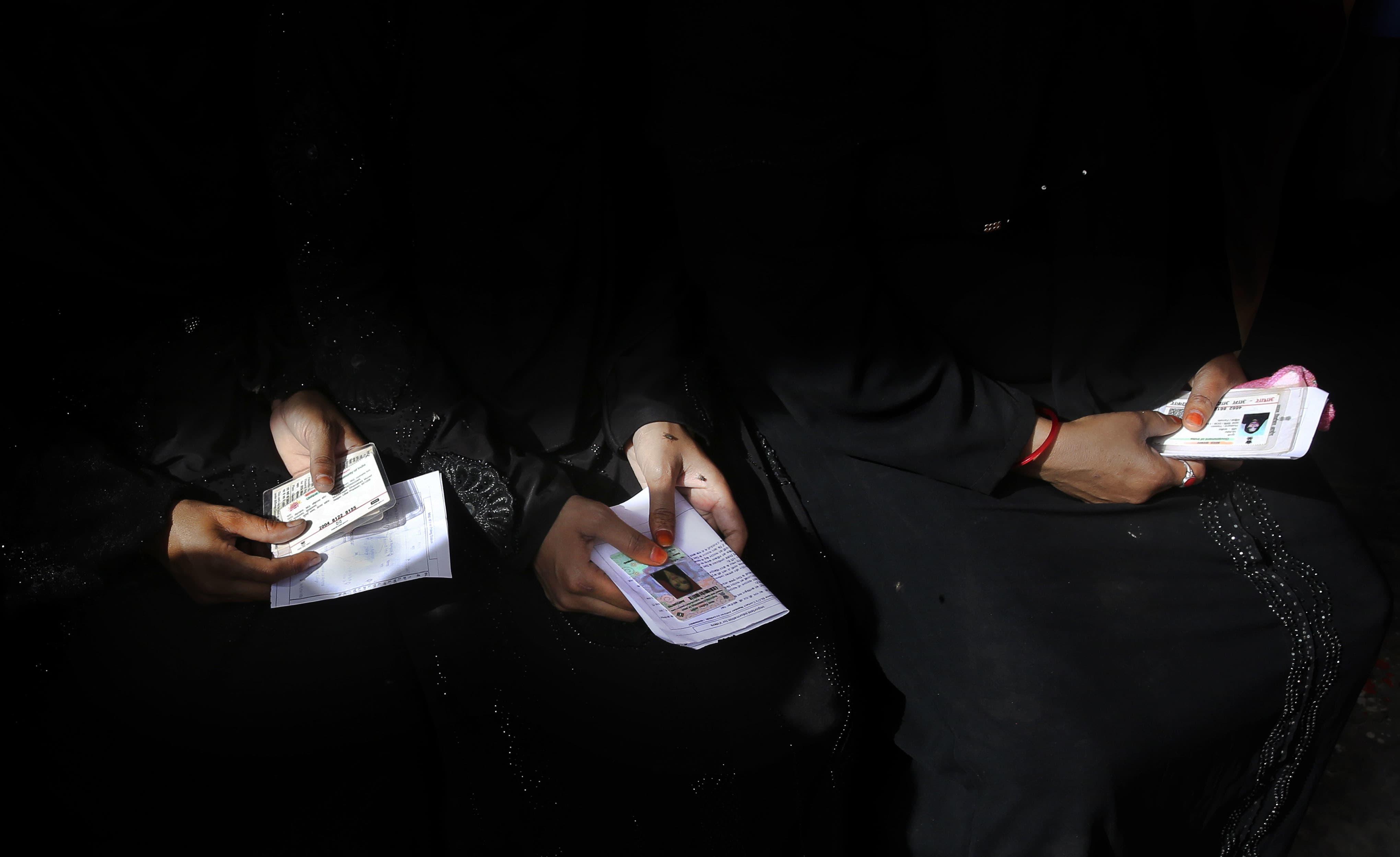 غازی آباد میں مسلمان خواتین ووٹ ڈالنے کے لیے اپنی باری کا انتظار کررہی ہیں —فوٹو/ اے پی