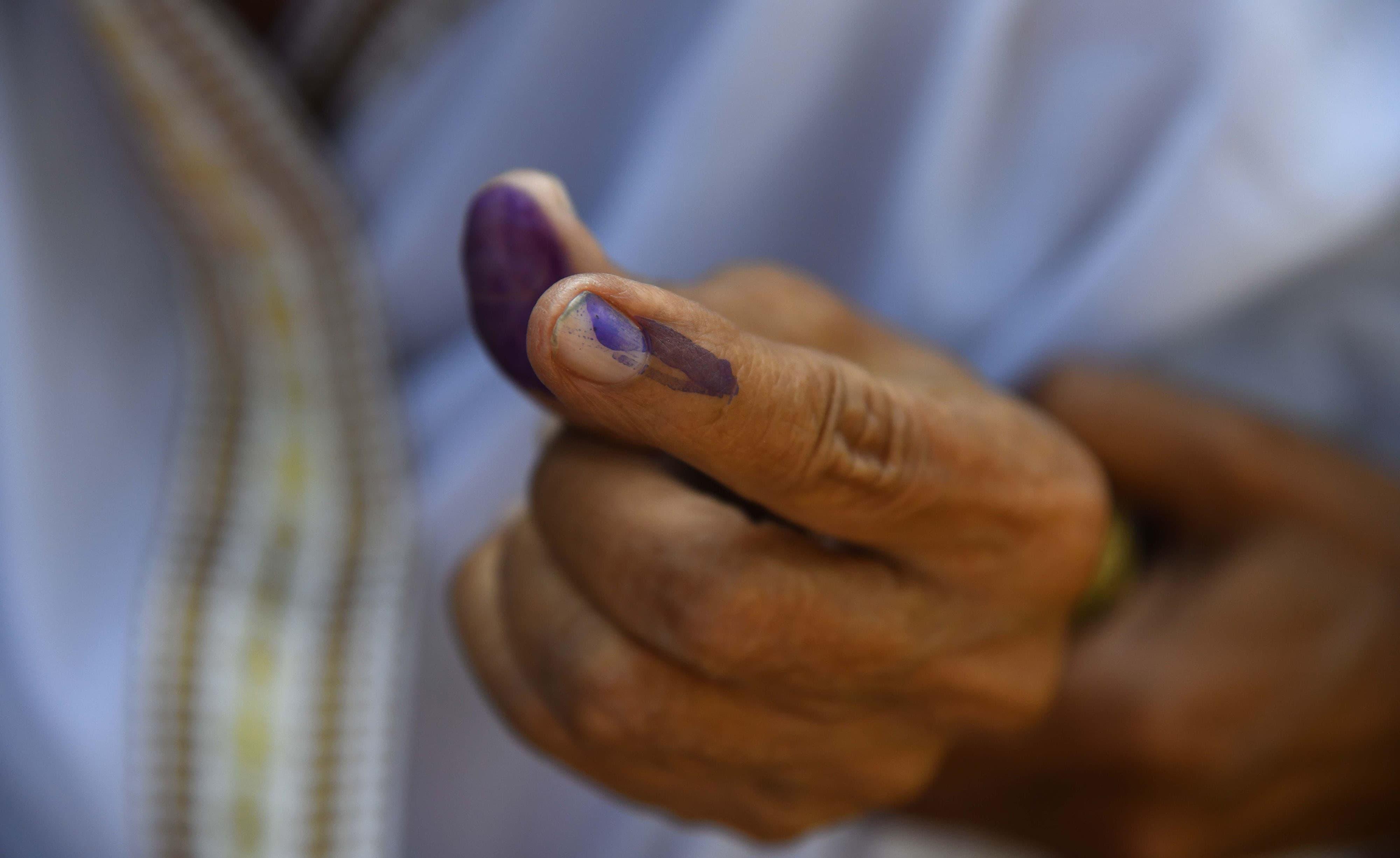 ریاست آسام کے شہر گوہاٹی میں ایک بزرگ خاتون نے ووٹ کاسٹ کرنے کی نشانی دکھائی —فوٹو/ اے ایف پی