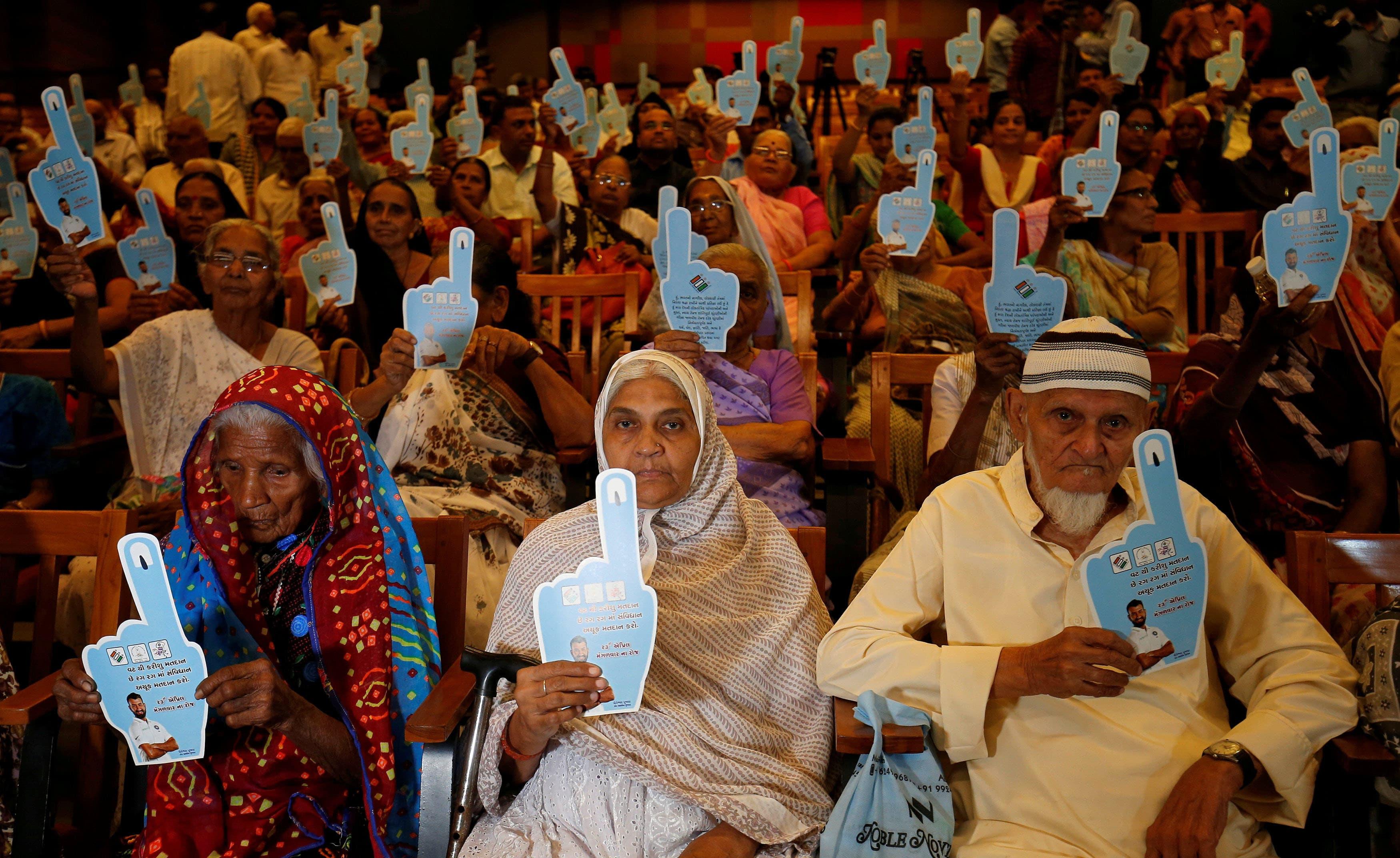 احمد آباد میں پولنگ کے دوران 100 سال سے زائد عمر کے افراد کے لیے ایک خصوصی تقریب کا بھی انعقاد کیا گیا جہاں انہیں ایوارڈز دیے گئے —فوٹو/ رائٹرز