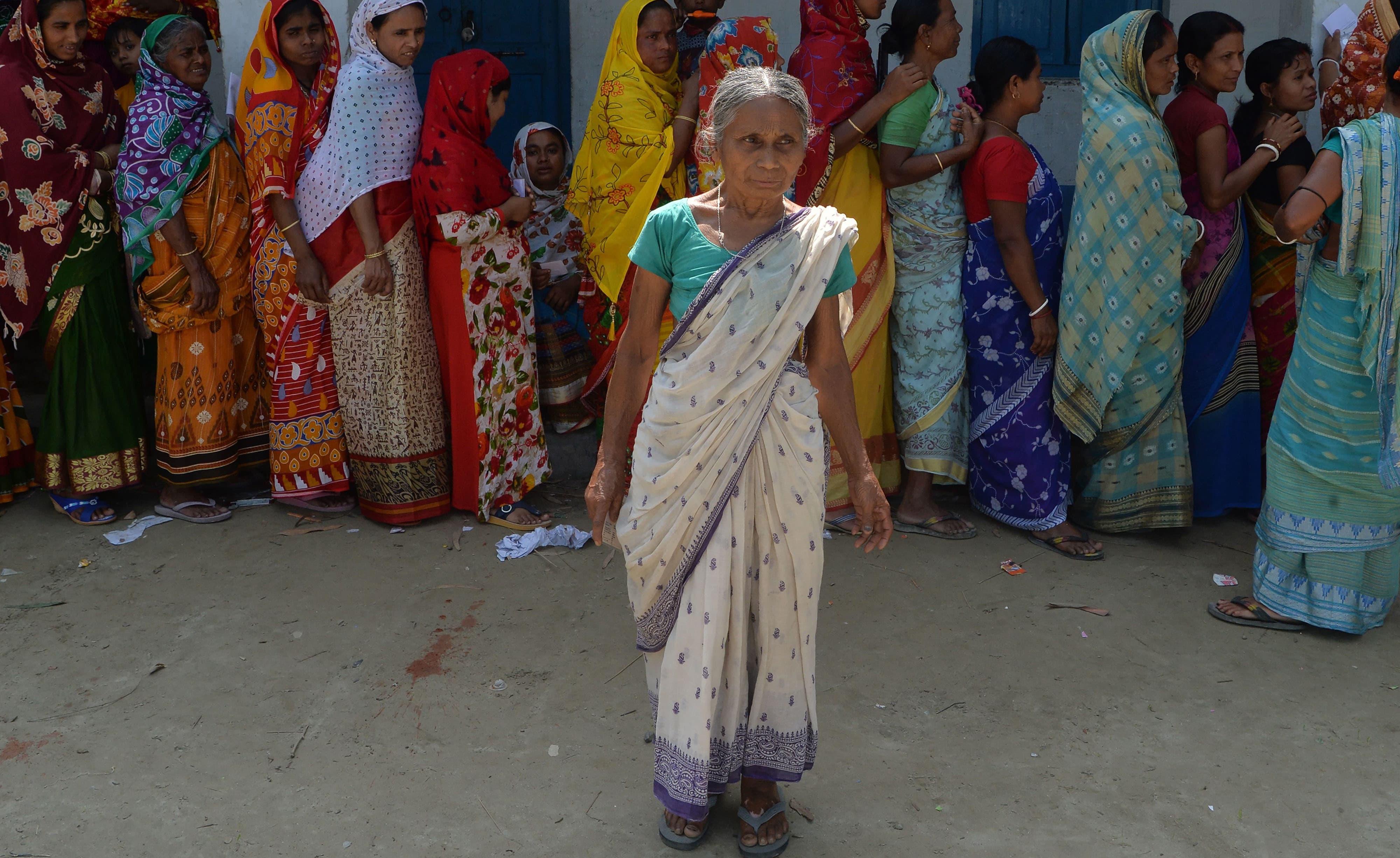 بہار سے تعلق رکھنے والی ایک خاتون ووٹ ڈالنے کے لیے اپنی باری کی منتظر ہیں —فوٹو/ اے ایف پی