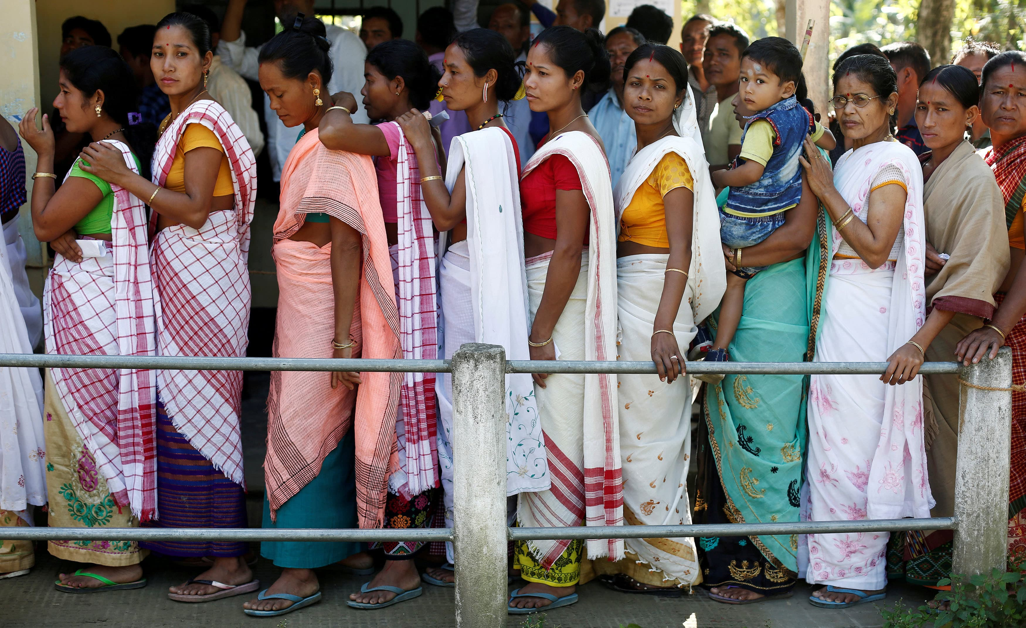 آسام میں موجود پولنگ اسٹیشن پر خواتین قطار بنائے اپنی باری کا انتظار کررہی ہیں —فوٹو/ رائٹرز