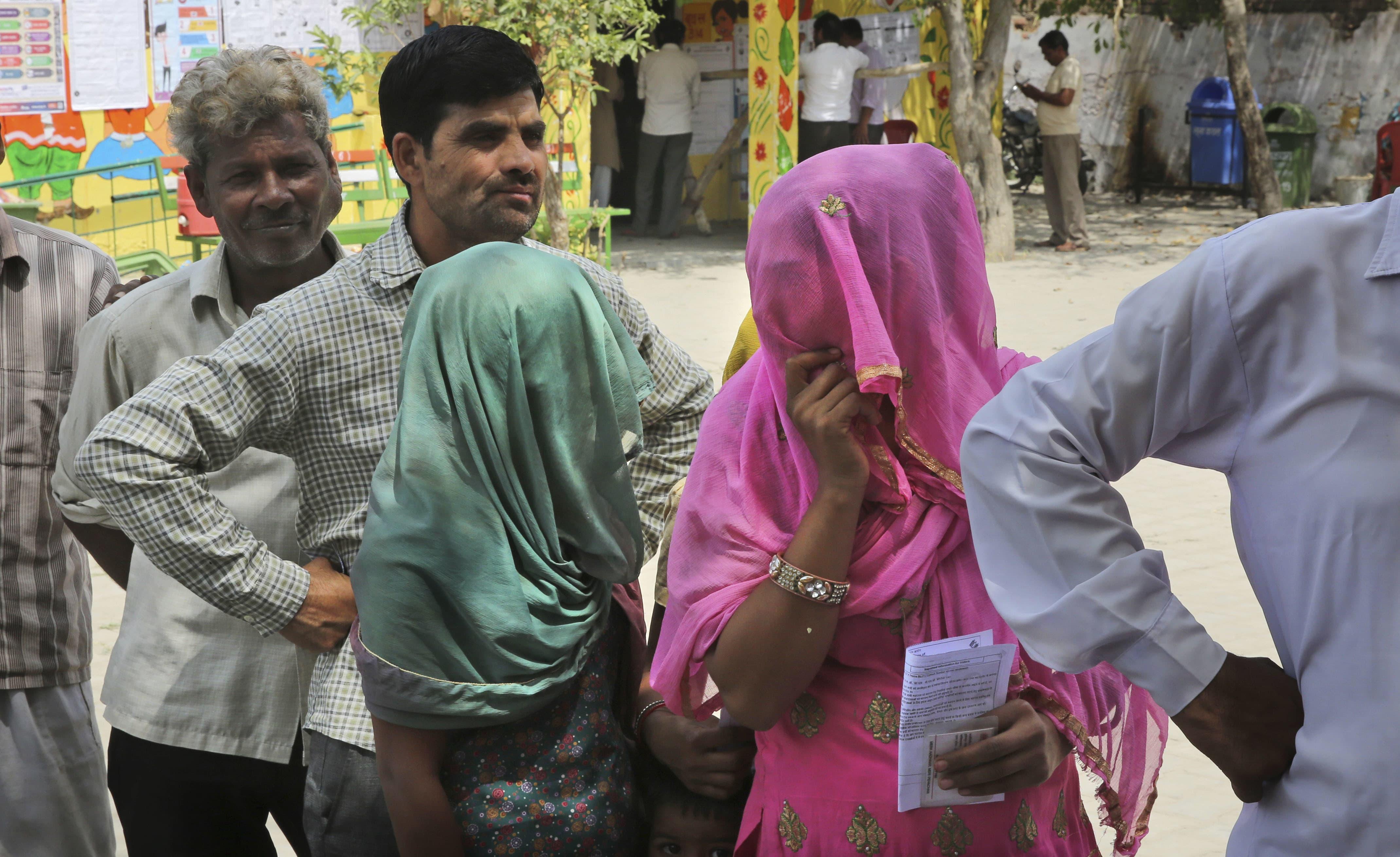 بھارتی شہر مودی نگر میں مرد و خواتین ایک ہی قطار بنائے ووٹ ڈالنے کے لیے اپنی باری کا انتظار کررہے ہیں —فوٹو/ اے پی