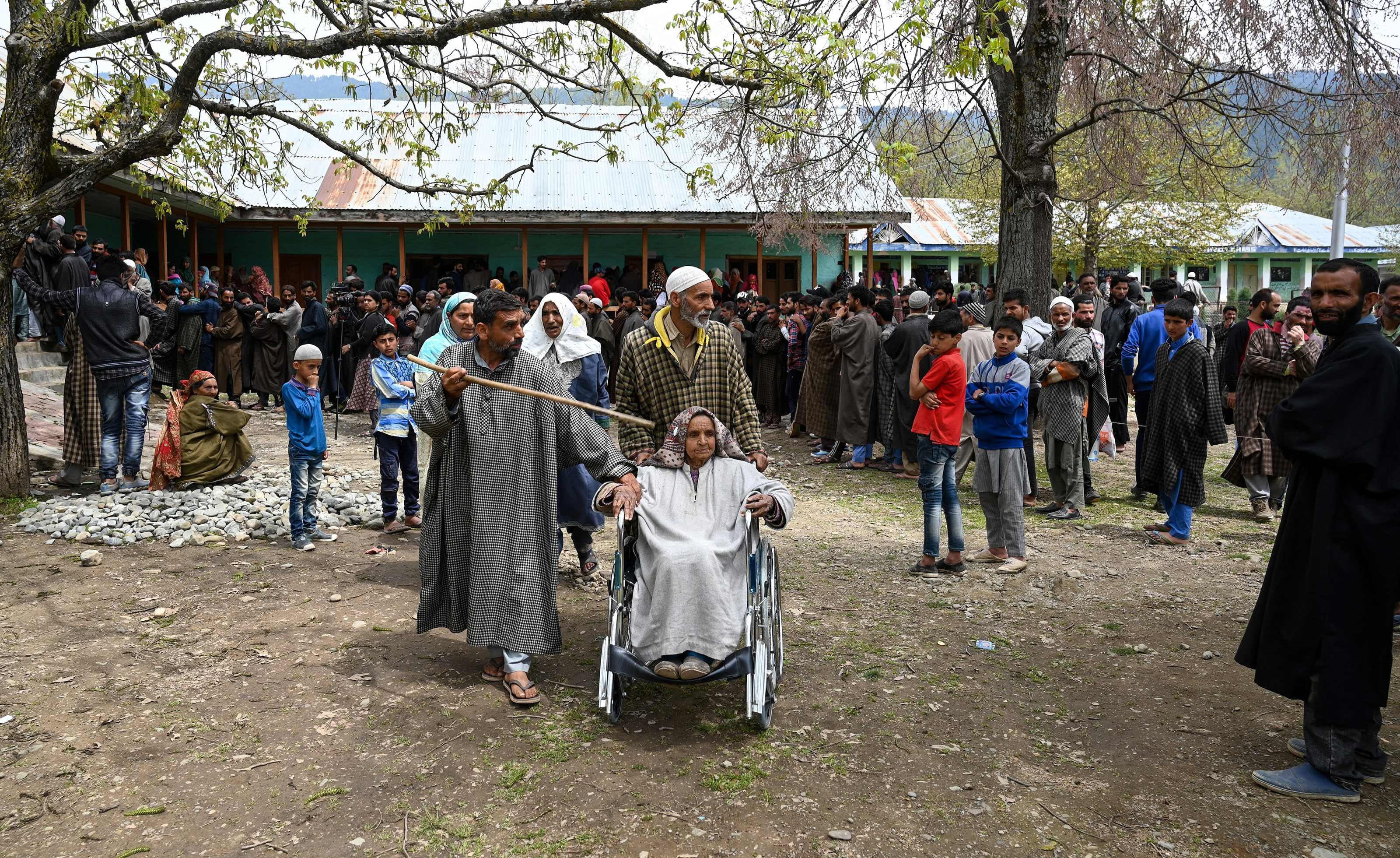 بھارت کے زیر تسلط جموں کشمیر میں بھی عوام نے بڑھ چڑھ کر انتخابات میں حصہ لیا —فوٹو/ اے ایف پی