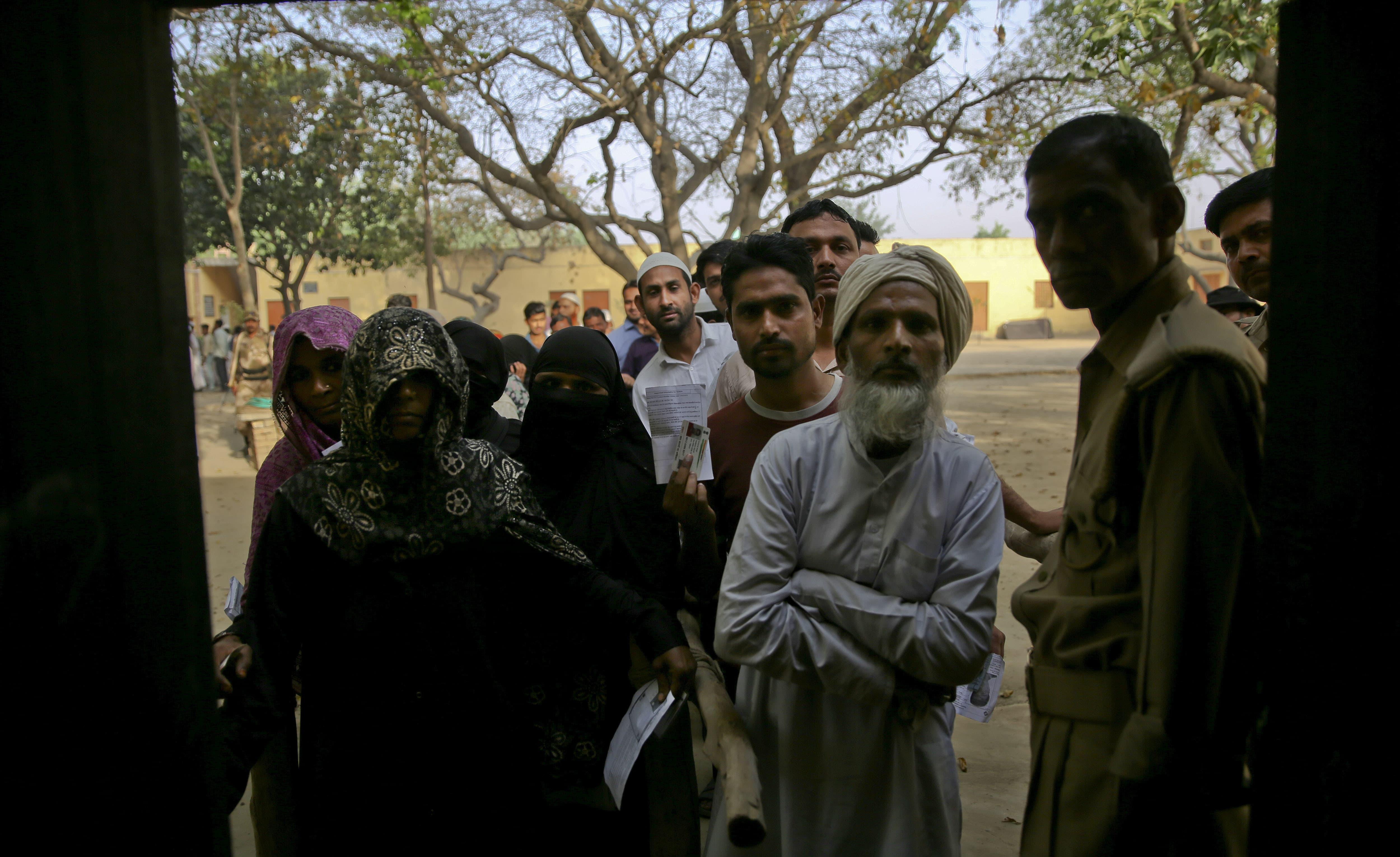 مظفر نگر کے قریبی گاؤں میں پولنگ اسٹیشن کو سخت سیکیورٹی کے ساتھ ووٹنگ کے لیے کھول دیا گیا —فوٹو/ اے پی