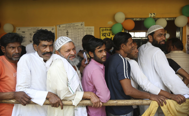 غازی آباد میں مرد ووٹ ڈالنے کے لیے اپنی باری کا انتظار کررہے ہیں —فوٹو/ اے پی