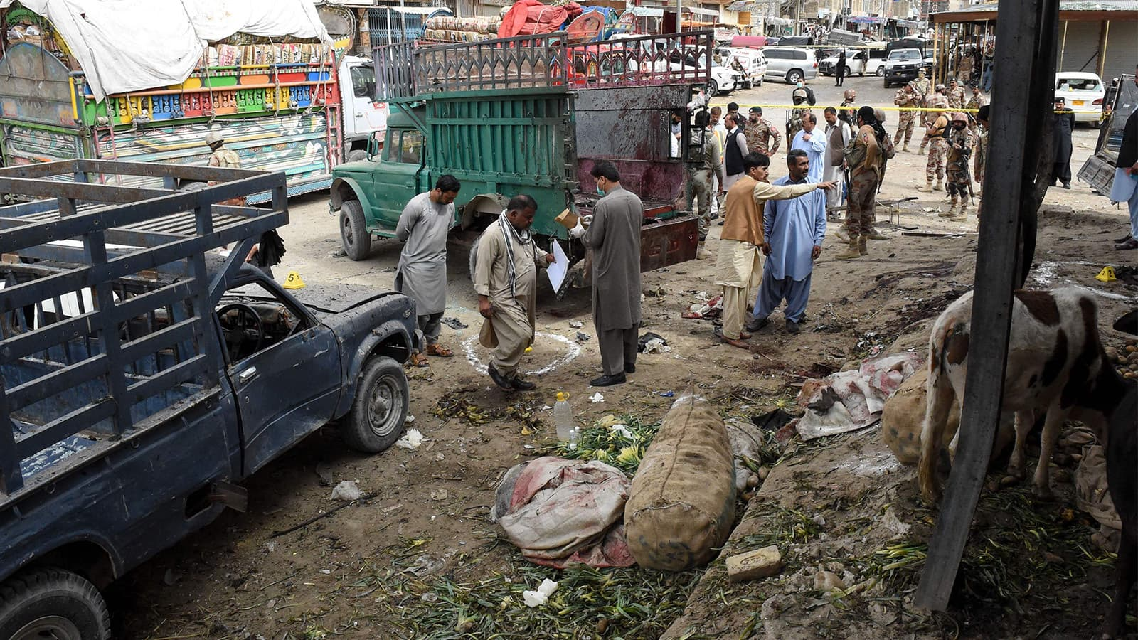 دھماکا سامان گاڑیوں میں منتقل کرتے ہوئے ہوا—تصویر: اے ایف پی